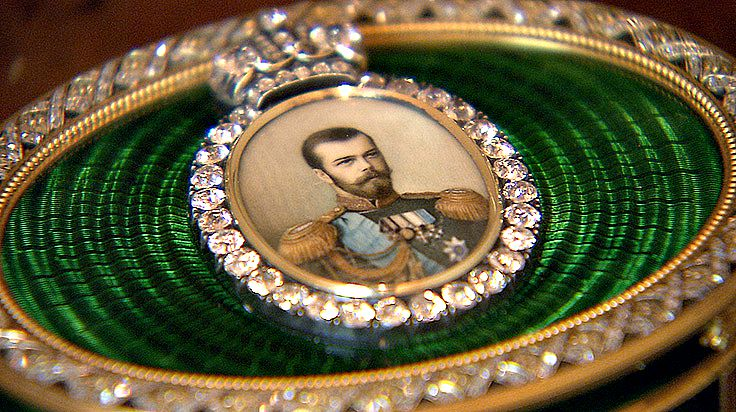 An Imperial Presentation Box: A minature portrait of Tsar Nicholas 11 set with large diamonds and green enamel surrounds.
